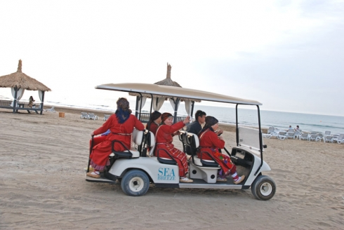 Бурановские бабушки прокатились по пляжу на электрокаре