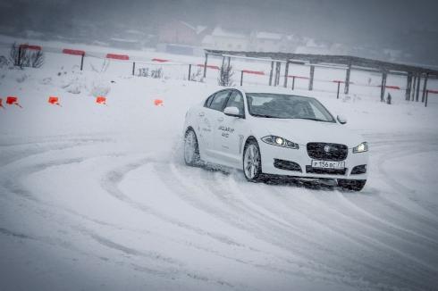 Компания Jaguar Land Rover провела зимний тест драйв на автодроме в Тушино