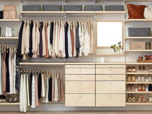 Удобное хранение одежды: виды и типы вешалок