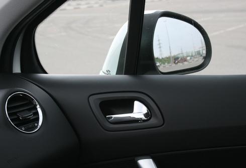 Автомобиль закрылся – ключи внутри. Как быть?